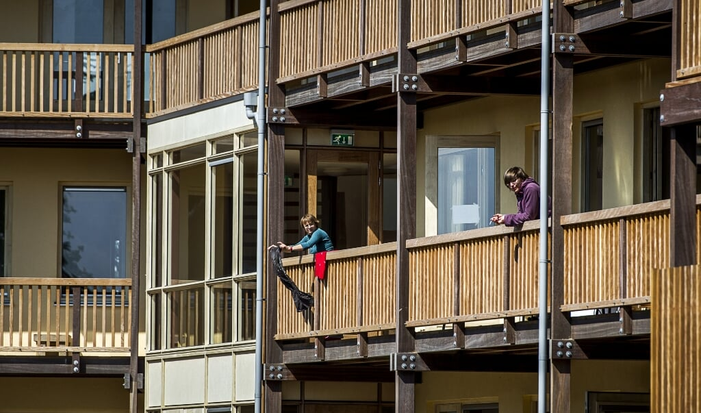 Appartementencomplex Iewan in Strowijk, een wijk met sociale huurwoningen die zijn opgetrokken uit stro, leem en hout. De 24 woningen hebben een eigen waterzuivering en energievoorziening.  (beeld anp / Remko de Waal)