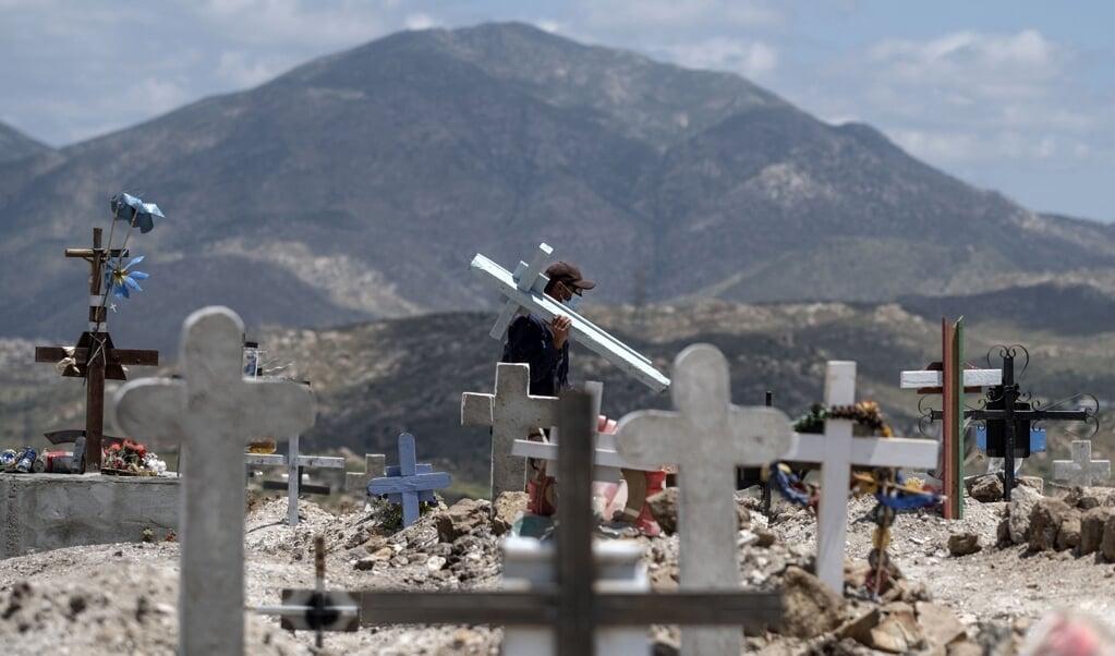 Een begraafplaats in de Mexicaanse staat Baja California, waar veel COVID-19-slachtoffers begraven liggen.   (beeld afp / Guillermo Arias)