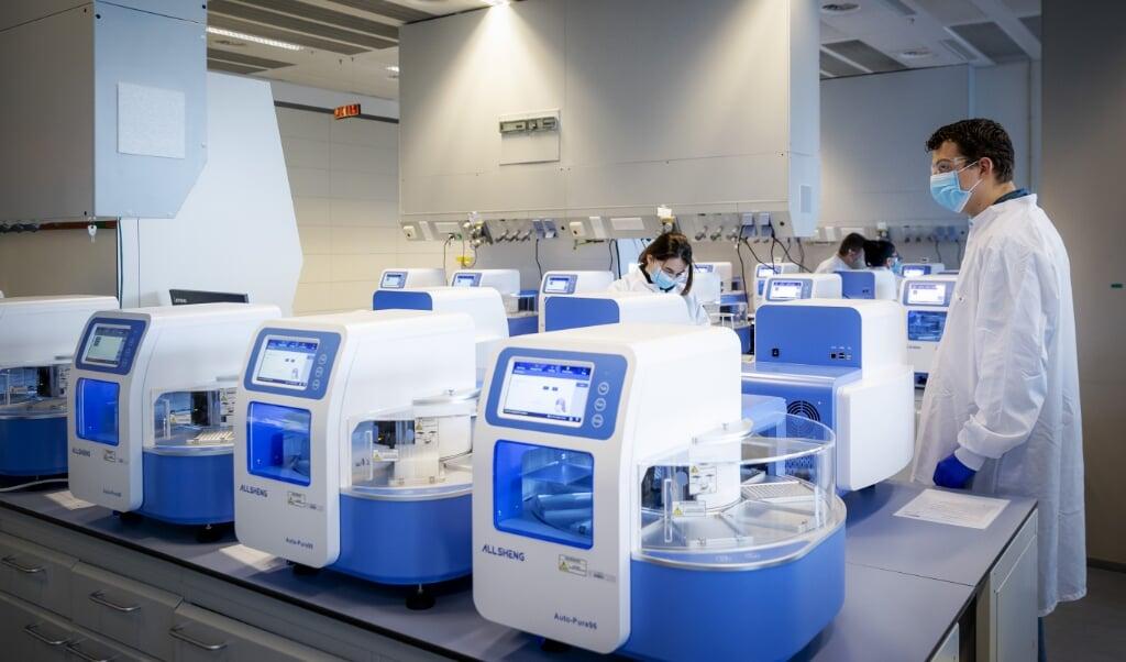 Het 'hoogvolumelaboratorium' van Eurofins in Rijswijk, een van de acht grote laboratoria die een hoofdrol zouden krijgen in het verwerken van coronatests.  (beeld anp / Robin van Lonkhuijsen)