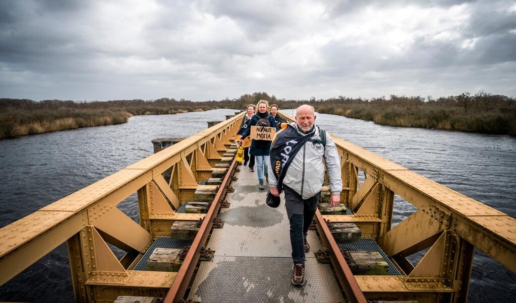 Jos Smeets loopt donderdag samen met anderen in de buurt van Den Bosch, op weg naar Den Haag.  (beeld Jeroen Jumelet)