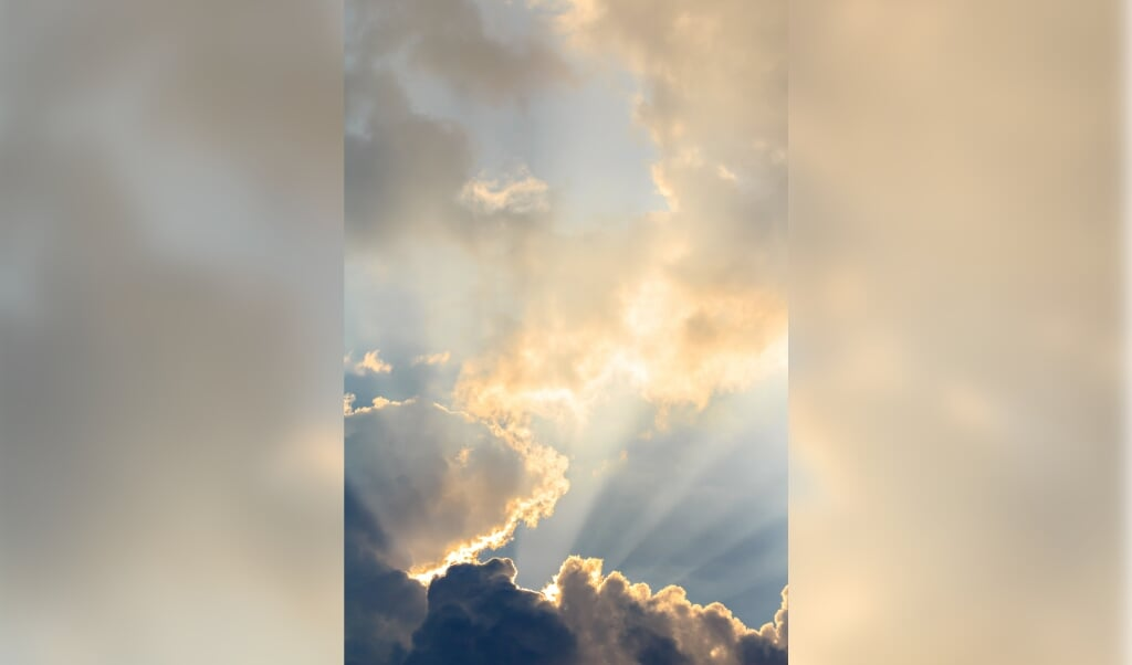 Clouds and sun beams on evening time  (beeld Suriyan Tejasrintr)