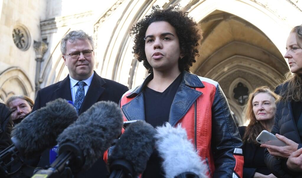 Keira Bell staat op de trappen voor het Gerechtshof in Londen de pers te woord, 1 december 2020, nadat het hof hem in het gelijk heeft gesteld.  (beeld epa / Facundo Arrizabalaga)