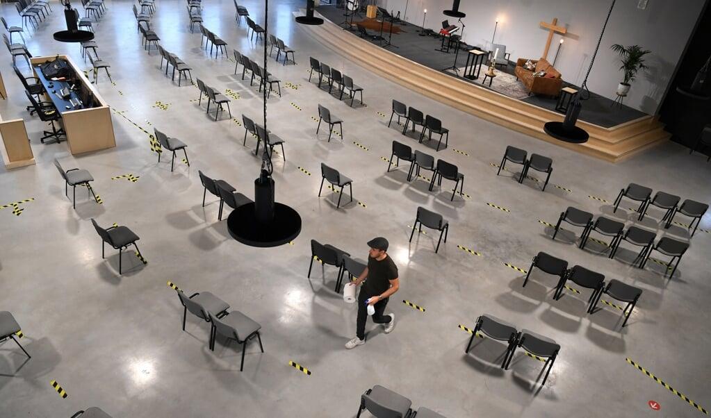 Archiefbeeld uit oktober 2020 van Kruispunt, een kerk in Amersfoort Vathorst. De stoelen staan coronaproof opgesteld.  (beeld Marcel van den Bergh)