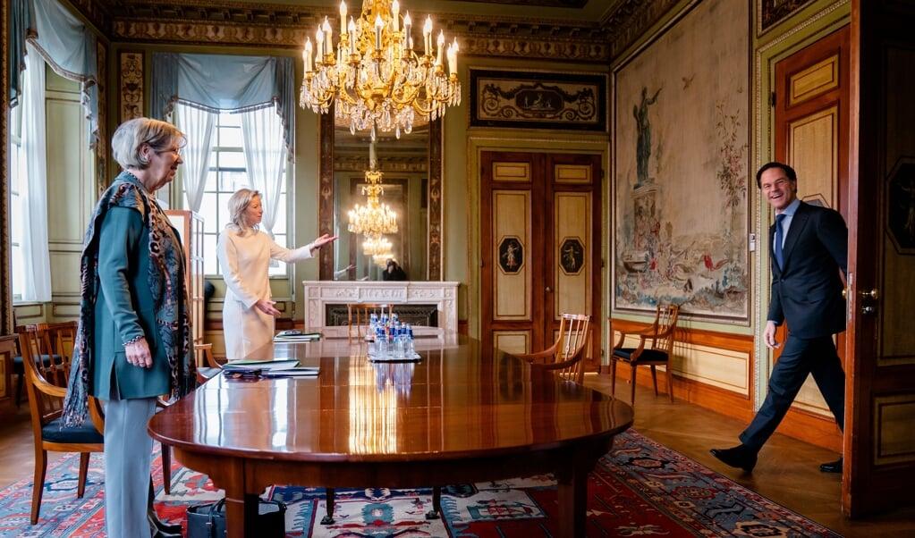 Mark Rutte (VVD) wordt ontvangen door verkenners Annemarie Jorritsma en Kajsa Ollongren.   (beeld anp / Bart Maat)