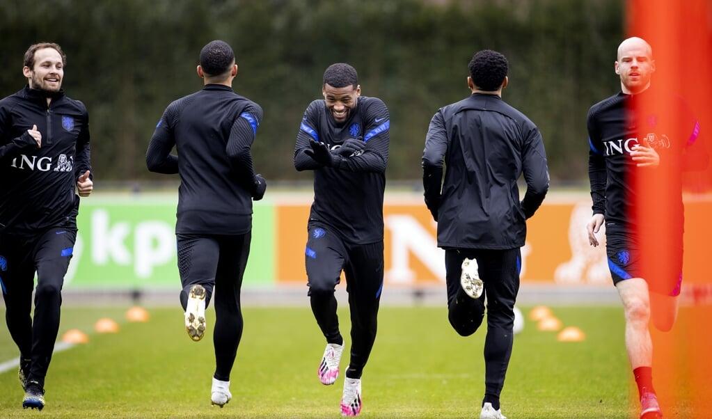 Daley Blind, Georginio Wijnaldum en Davy Klaassen tijdens de training van het Nederlands elftal.   (beeld anp / Koen van Weel)