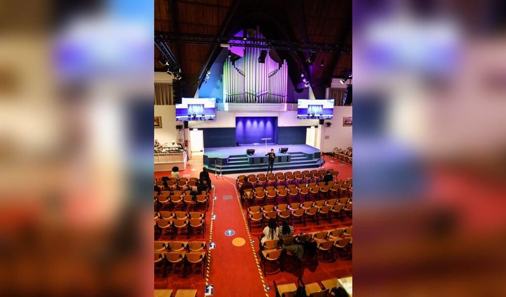 Een speciale jongerendienst in de Volle Evangelie gemeente Maranatha Ministries in Amsterdam.  (beeld  )