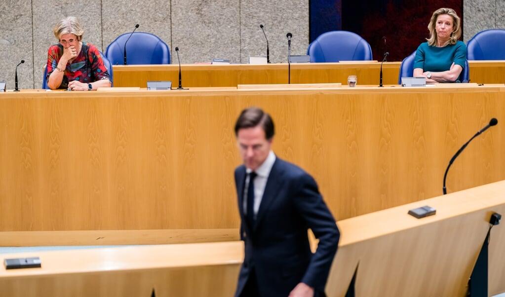 Mark Rutte, woensdag in de Kamer. De Kamer eist steeds meer informatie over de mislukte verkenning door Annemarie Jorritsma (l.) en Kajsa Ollongren.   (beeld anp / Bart Maat)