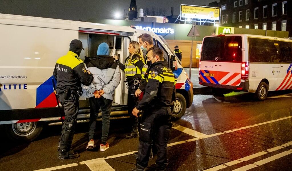 Een arrestatie in Rotterdam-Zuid.  (beeld anp)