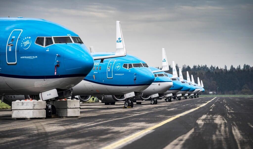 Een groot deel van de KLM-vloot staat geparkeerd op Groningen Airport Eelde.  (beeld epa / Siese Veenstra)
