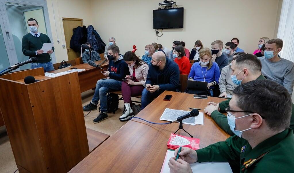 Vyacheslav Gimadi (links bij de deur), advocaat van de Russische oppositieleider Navalny woont de hoorzitting bij in een militair gerechtsgebouw in Moskou, op 16 maart. Navalny werd door de rechter veroordeeld tot 3,5 jaar gevangenisstraf.  (beeld epa / Yuri Kochetkov)