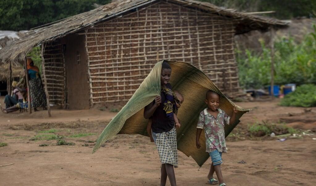 Kinderen in een opvangkamp in het district Chiure, gevlucht voor het geweld in de provincie Cabo Delgado.   (beeld afp / Alfredo Zuniga)