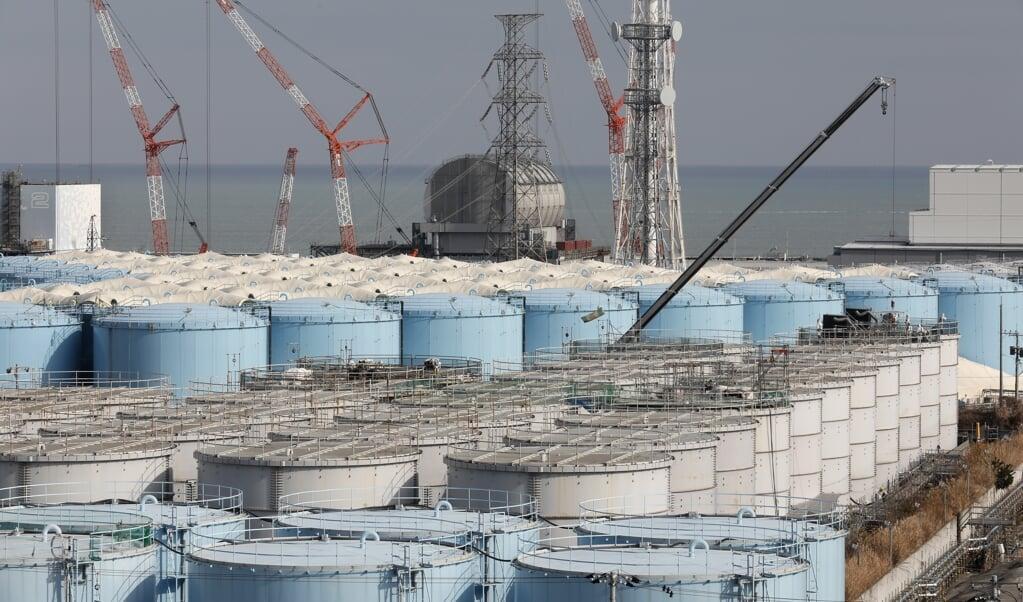 De blauwe en grijze tanks vol met radioactief water uit de kerncentrale.  (beeld epa / Kimimasa Mayama)