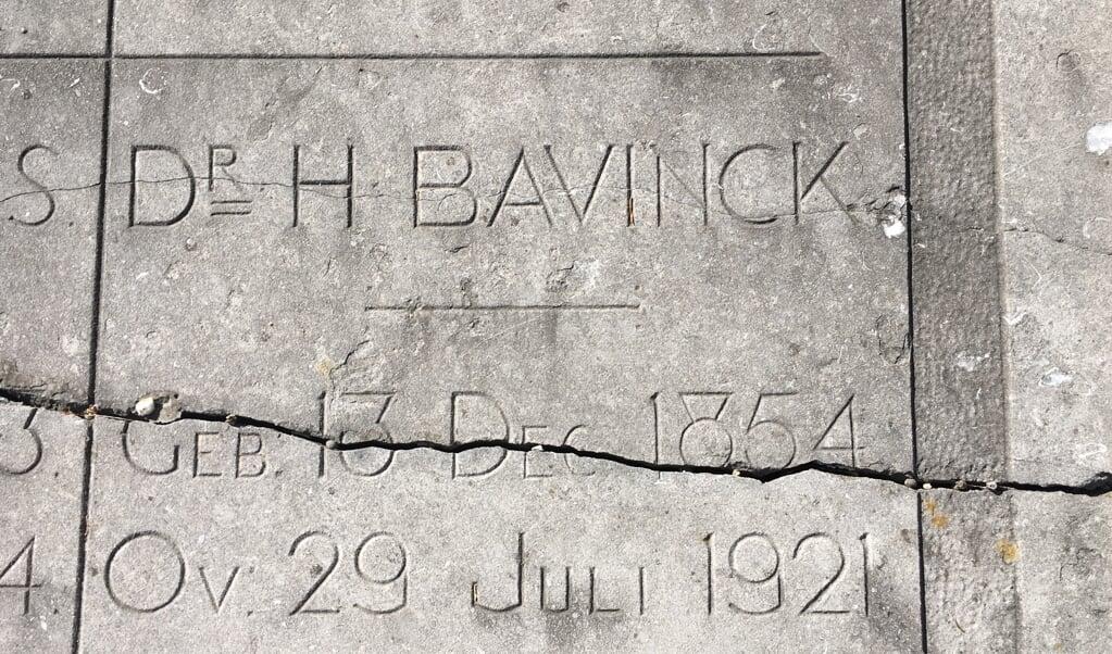 Detail van de gescheurde dekplaat van het graf van Herman Bavinck.  (beeld hdc)