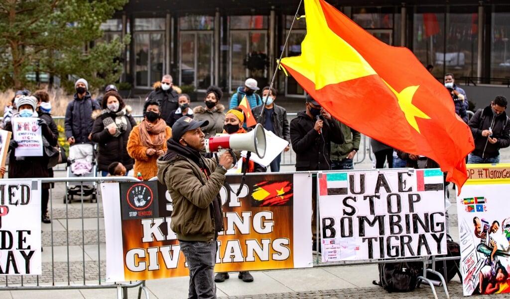 Daniël Redda roept de strijdende partijen op om te stoppen met het bombarderen van burgers in Tigray.   (beeld Dirk Hol)