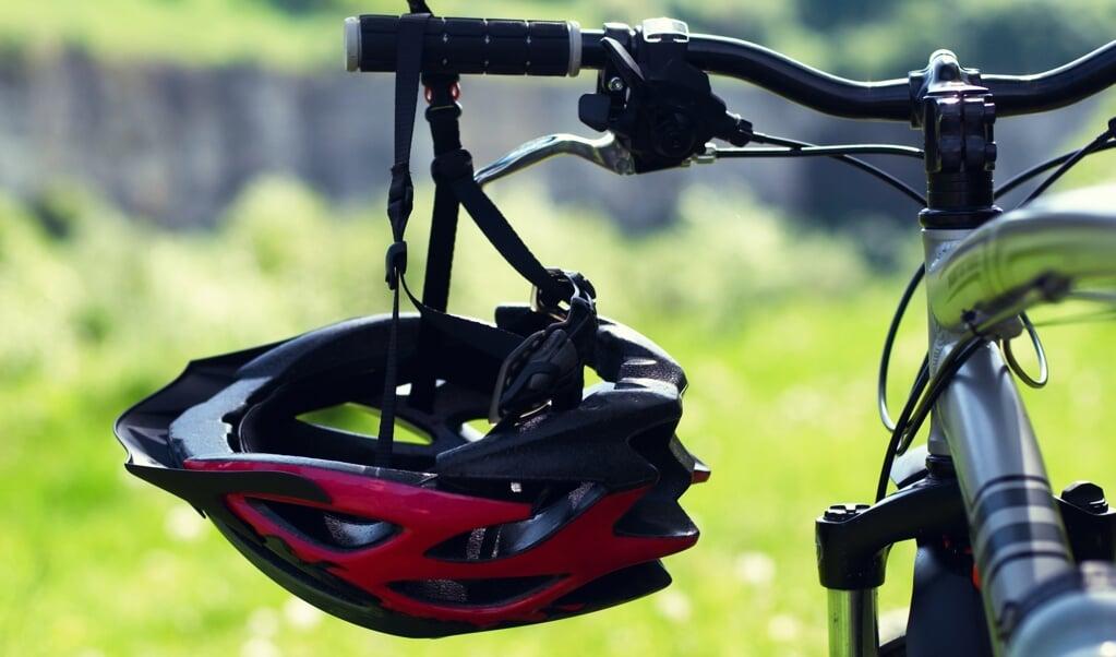 Met name 65-plussers zouden gebaat zijn bij het dragen van een fietshelm.  (beeld istock)