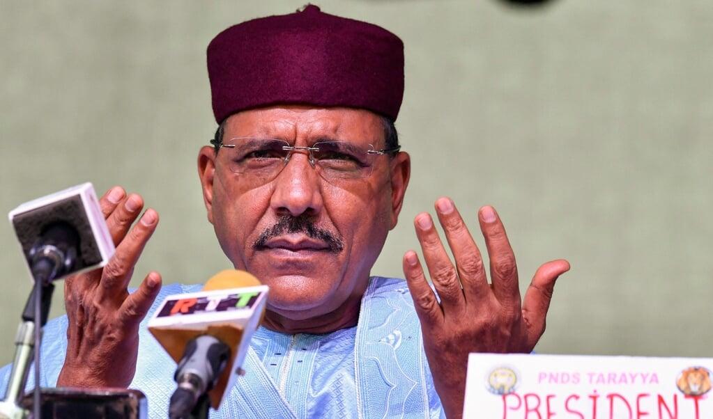 Mohamed Bazoum werd zondag uitgeroepen tot winnaar van de presidentsverkiezingen van Niger. De kiescommissie kwam in februari ook al tot die conclusie, maar volgens Bazoums tegenstrever was er corruptie in het spel.   (beeld afp / Issouf Sanogo)