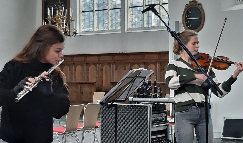 Fluitiste Marije Weenink en violiste Chloë Elsenaar tijdens de opnames van de cd.   (beeld Flying Eagle)