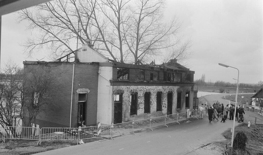 De resten van het uitgebrande hotel Cosmopolite in Kedichem, na de aanslag van 29 maart 1986.  (beeld Anefo / Joost Evers)