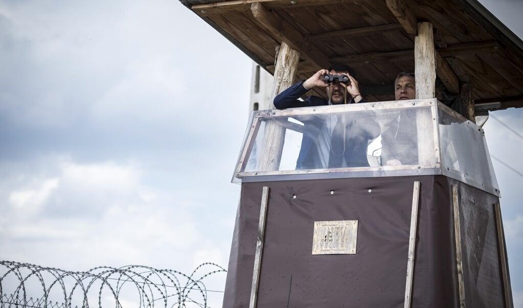 Matteo Salvini (links) en Viktor Orbán bezochten in 2018 samen de Hongaars-Servische grens, waarmee zij hun antimigratie-imago onderstreepten.  (beeld epa / Balazs Szecsodi)