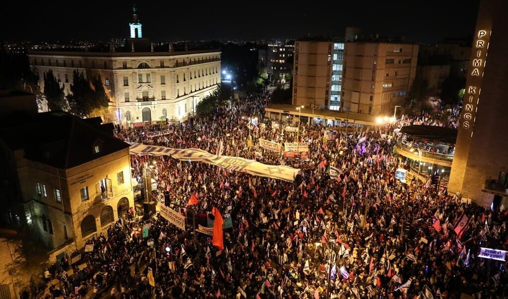 Al maandenlang zjin er protesten tegen Netanyahu. Afgelopen zaterdag riepen tienduizenden demonstranten bij zijn ambtswoning in Jeruzalem hem op om af te treden.  (beeld epa / Abir Sultan)