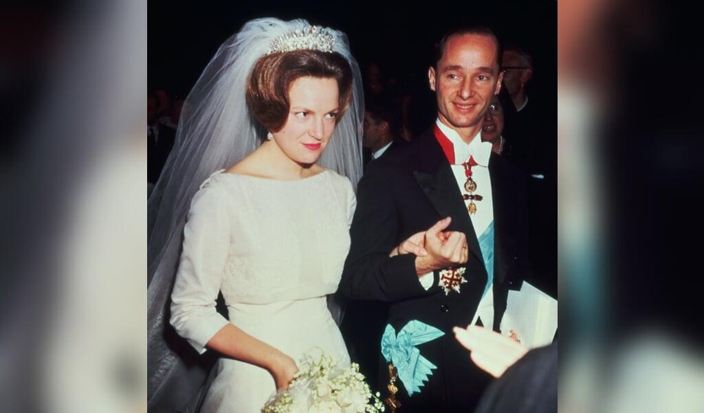 Prinses Irene en Carlos Hugo van Bourbon-Parma tijdens hun bruiloft in Rome, 29 april 1964.  (beeld anp)