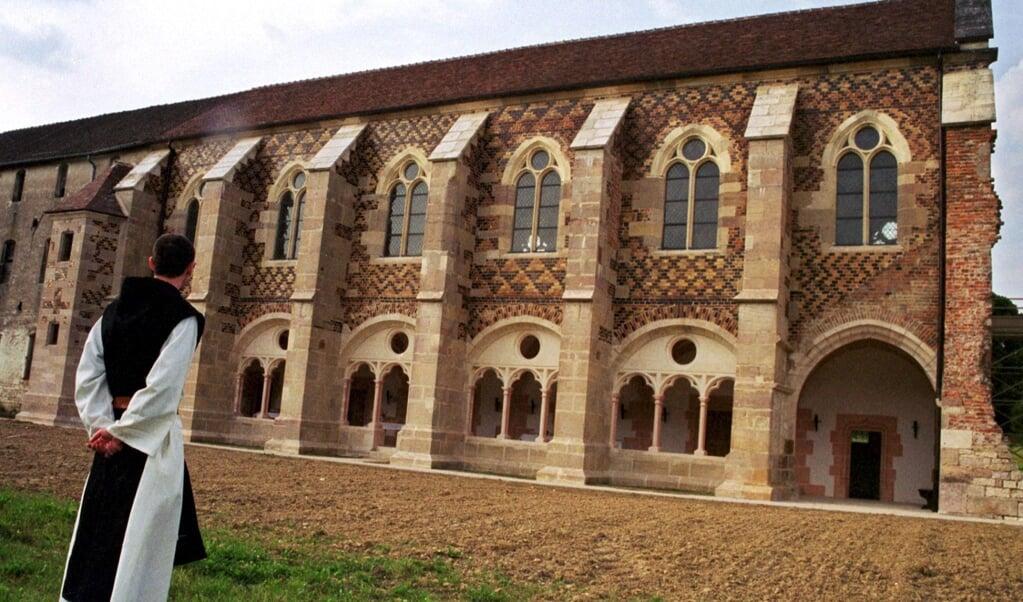 Een cisterziënter monnik bij de historische abdij van Cîteaux, op 30 kilometer ten zuiden van Dijon.  (beeld afp)