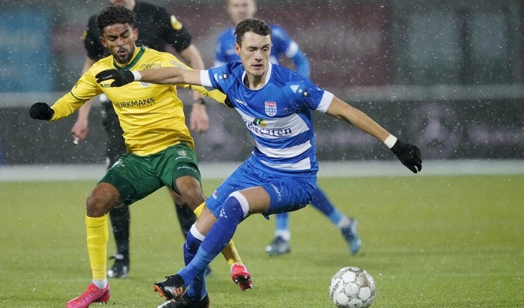 Thomas Lam (r.) in duel met Tesfaldet Tekie van Fortuna Sittard in het MAC3Park stadion in Zwolle.   (beeld anp / Roy Lazet)