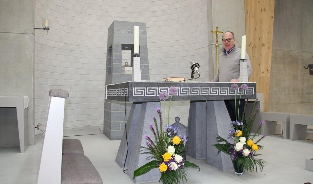 Pastoor Sandor Koppers bij het door frater Leo uit Vaals ontworpen altaar, gemaakt van Belgisch hardsteen. 'Dat vonden we erg mooi.'  (beeld nd)
