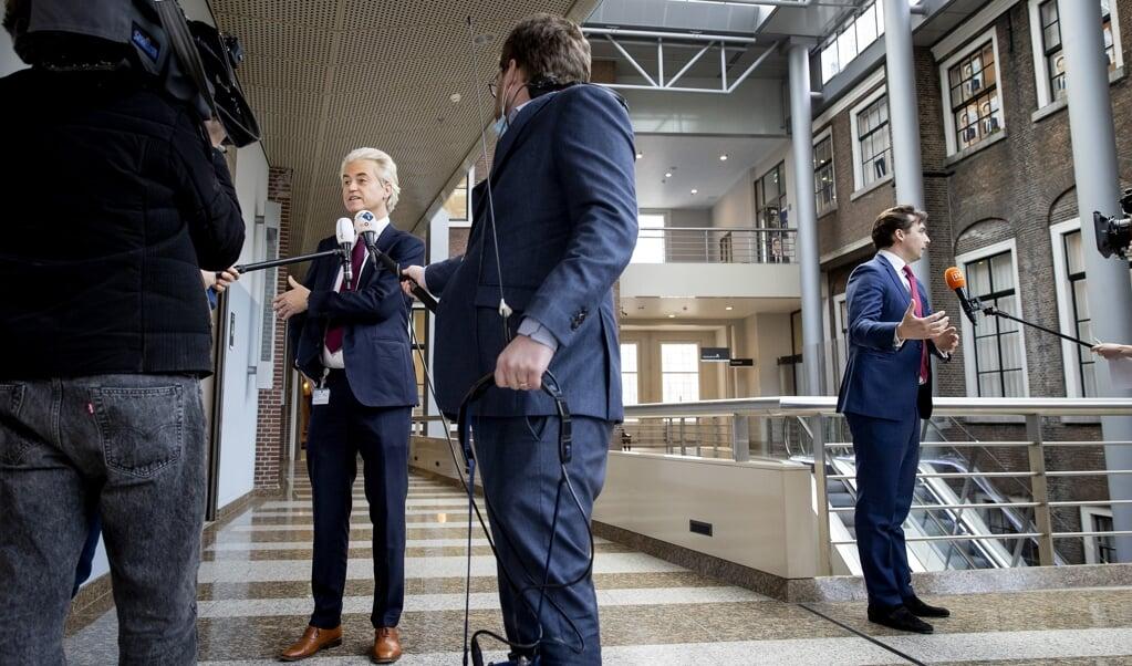 Geert Wilders (PVV) en Thierry Baudet (FvD) staan de pers te woord op de eerste dag van de kabinetsformatie.  (beeld anp / Sem van der Wal)