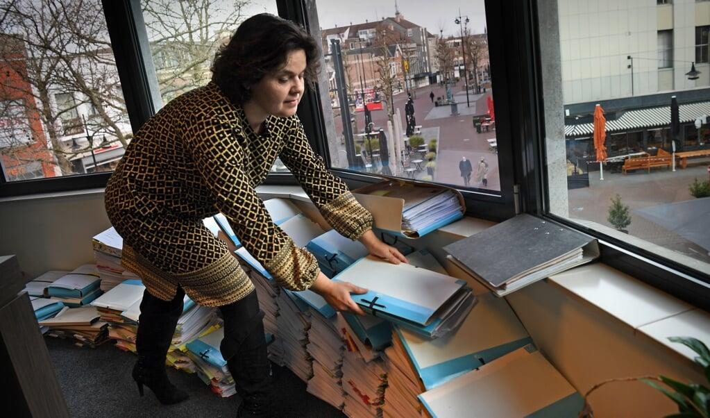 De dossiers stapelen zich op. Advocaat Nicole Elias-Boots in haar Helmondse kantoor.   (beeld Marcel van den Bergh)