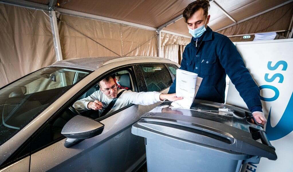 Een kiezer brengt coronaproof zijn stem uit op een drive-thru stembureau tijdens de Tweede Kamerverkiezingen. Maar wat heeft hij nu met zijn stem gezegd?  (beeld anp / rob Engelaar)