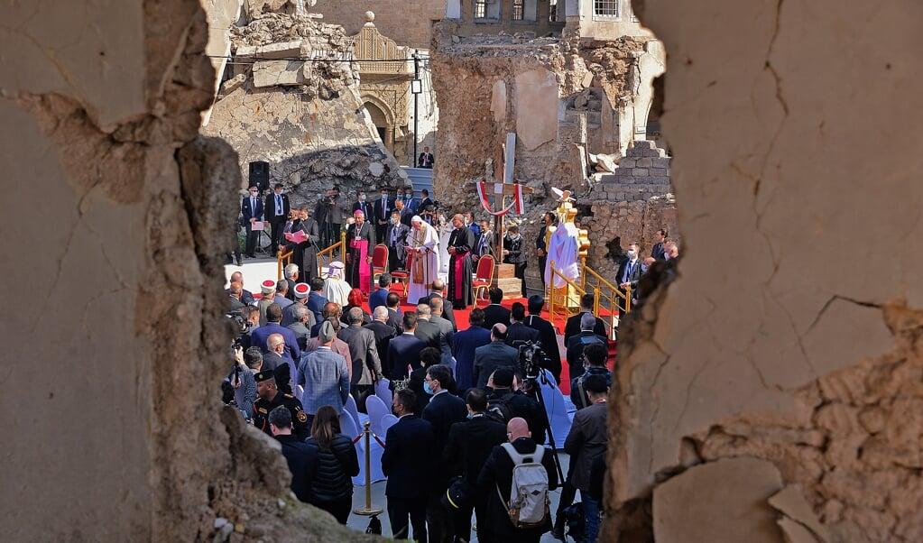 Paus Franciscus sprak afgelopen zondag in Mosul, de voormalige hoofdstad van ISIS tussen de ruïnes de aanwezigen bij de Syrisch-katholieke kerk van de oude stad toe.   (beeld afp / Zaid Al-obeidi)