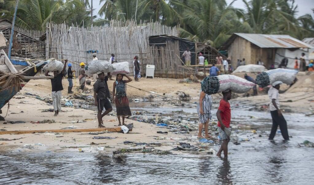 Op het strand van Pemba wordt een nieuwe influx van vluchtelingen verwacht die per zeilboot de gewelddadigheden proberen te ontvluchten.   (beeld afp / Alfredo Zuniga)