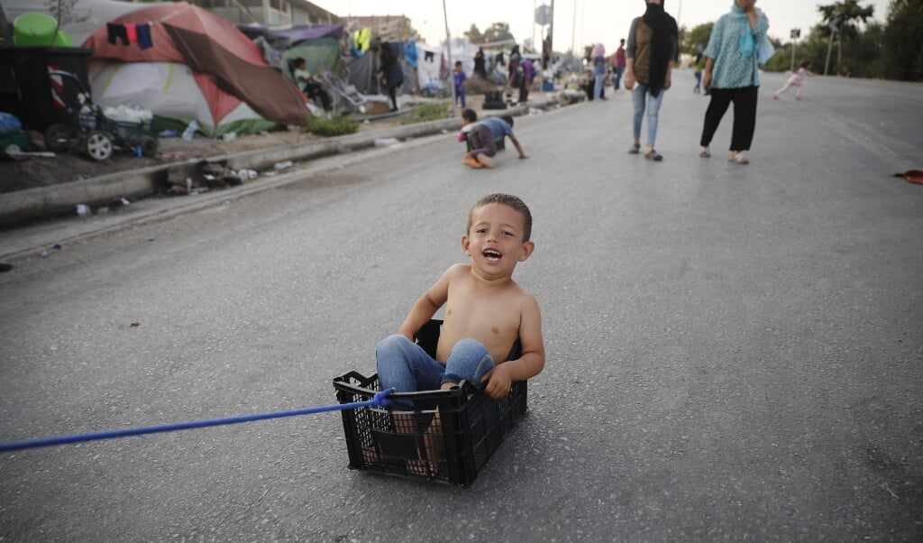 Griekenland vroeg vorig jaar na de brand in vluchtelingenkamp Moria om 2500 kwetsbare kinderen zonder ouders te verdelen over Europa. Nederland nam uiteindelijk twee van deze kinderen op.   (beeld. epa / Dimitris Tosidis)