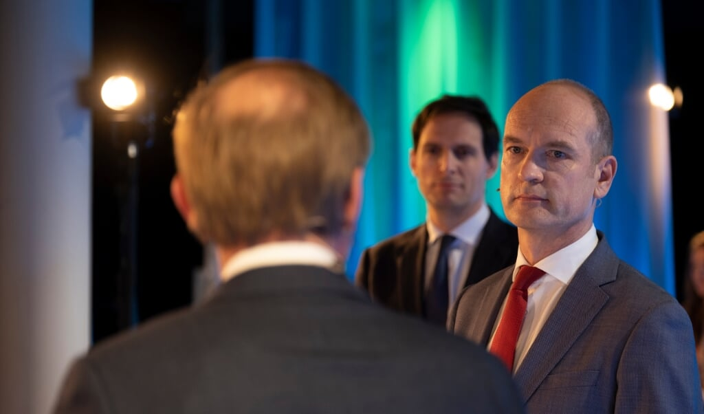 Kees van der Staaij (op de rug gezien) in debat met Hoekstra en Segers.  (beeld Dick Vos)
