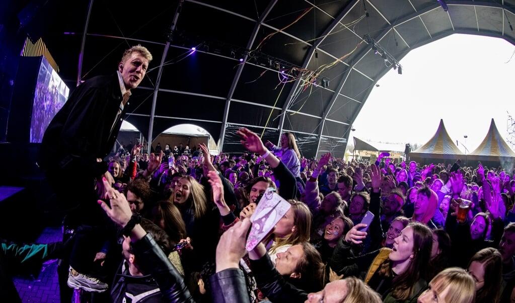 De Haarlemse band Chef'Special afgelopen weekend tijdens popfestival Back To Live op het evenemententerrein van Walibi Holland. Het event valt onder een reeks van proefevenementen waarbij Fieldlab onderzoekt hoe grote evenementen veilig kunnen plaatsvinden in coronatijd.  (beeld anp / Paul Bergen)