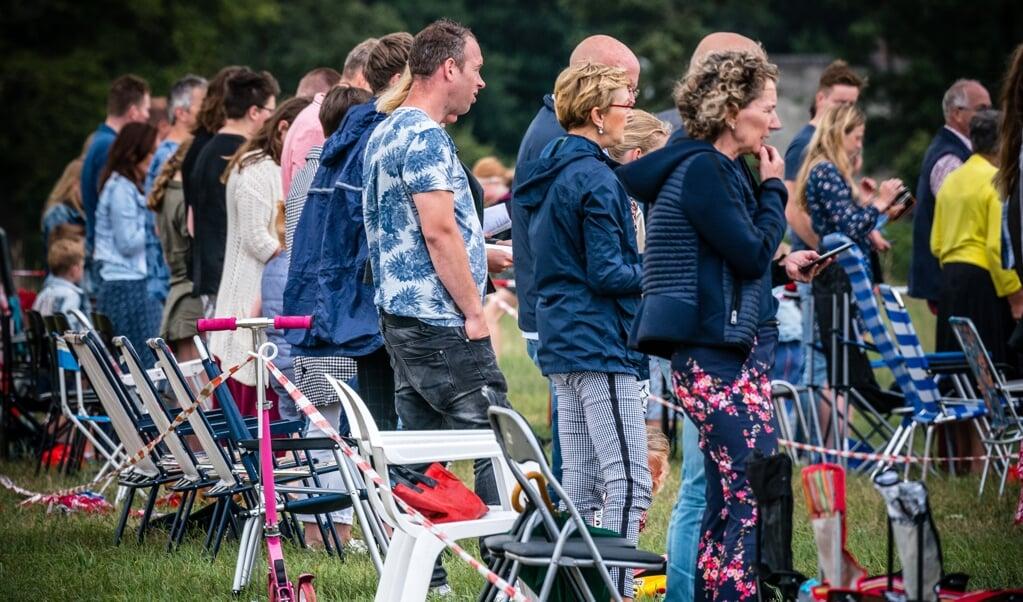 Kerkgangers tijdens een kerkdienst op een weiland afgelopen zomer.  (beeld anp / rob Engelaar)