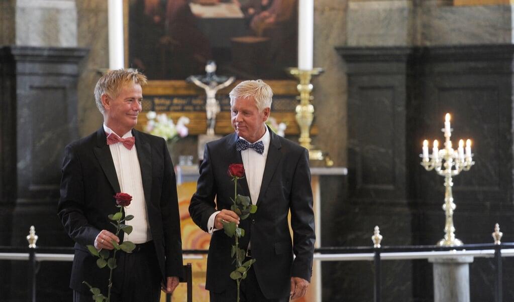 Zegening van een homostel in de lutherse kerk van Denemarken.  (beeld afp / Liselotte Sabroe)