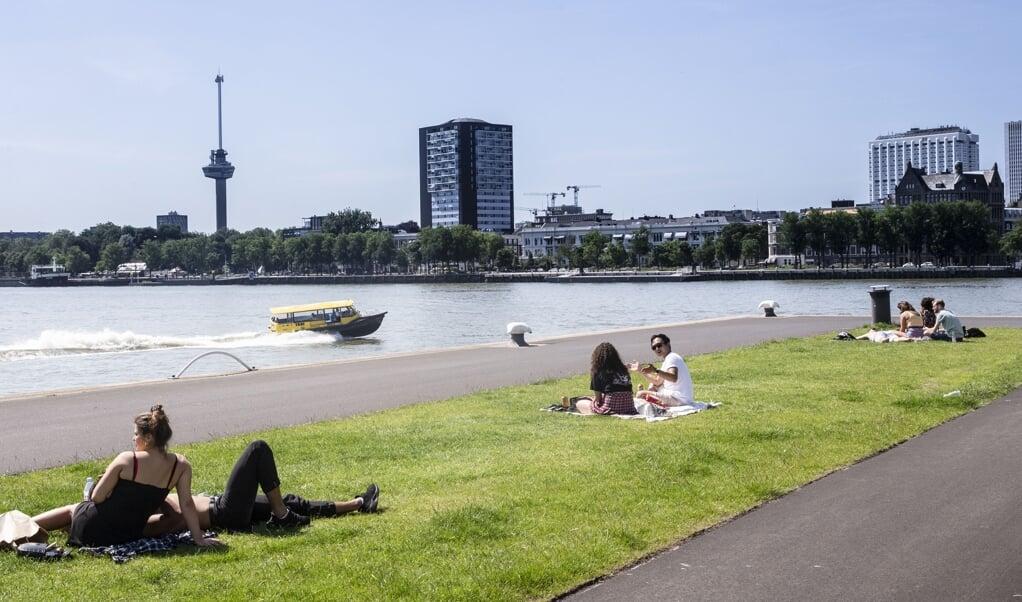 Toeristen genieten van het mooie weer aan de Maas.   (beeld anp / Pieter Stam de Jonge)