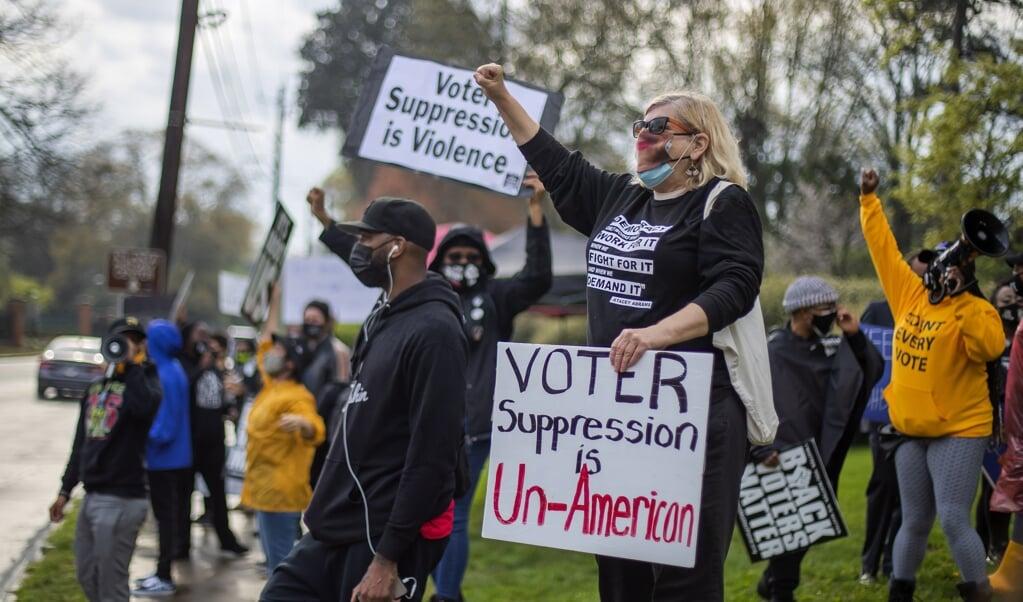 Demonstranten tegen de 'kiezersonderdrukking' in de staat Georgia.  (beeld epa / Erik S. Lesser)