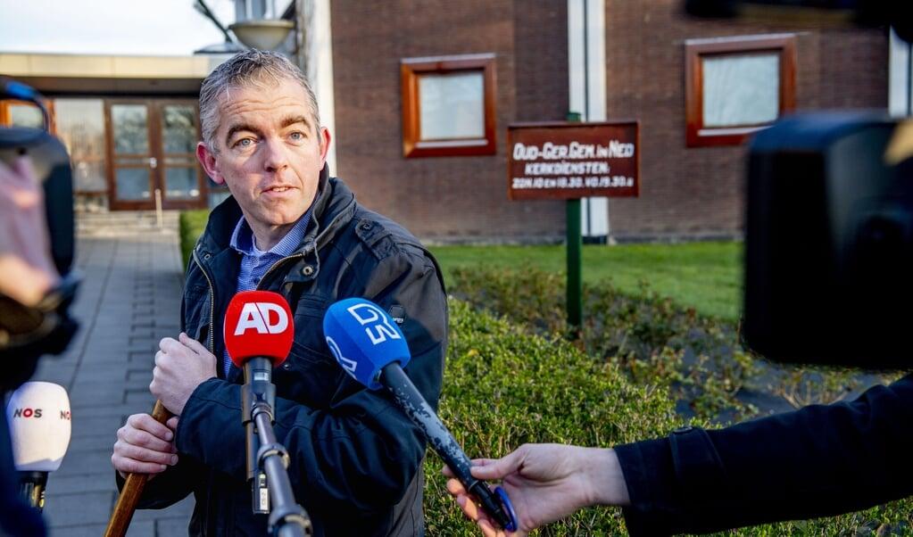 De hulpkoster van de Mieraskerk staat de pers te woord, nadat de kerk dinsdag beschadigd is geraakt na een harde knal.   (beeld anp / Robin Utrecht)