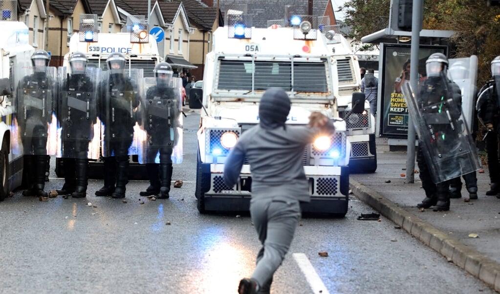 'Terwijl (vooral) protestantse jongeren elke dag de politie met stenen en molotovcocktails te lijf gaan, doet de Britse regering vooralsnog niets.' Een demonstrerende nationalistische jongere in Belfast op 8 april 2021.  (beeld Paul Faith / afp)