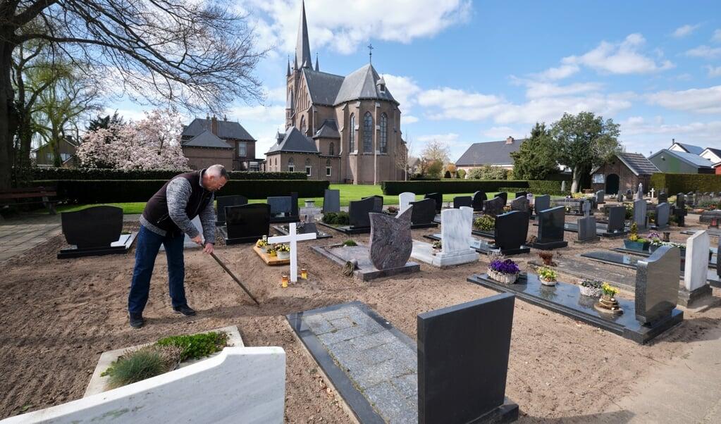 Koster Herman Logtenberg aan het werk op het kerkhof achter de Willibrorduskerk.  (beeld Dick Vos)