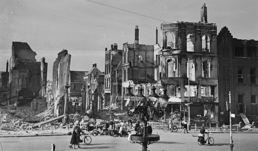 De verwoeste Bijenkorf op de Grote Markt in Groningen, april 1945.  (beeld nd)