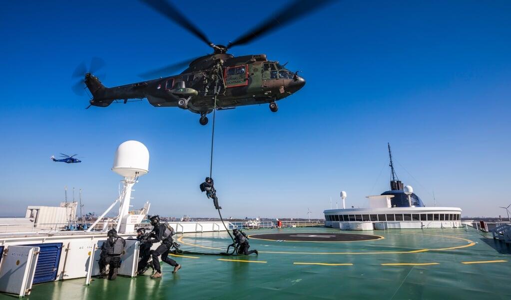 Tijdens de oefening Port Defender in 2019 werden vanuit een helikopter speciale eenheden van Defensie en politie afgezet op het dek van een veerboot in de Rotterdamse haven.  (beeld mediacentrum defensie)