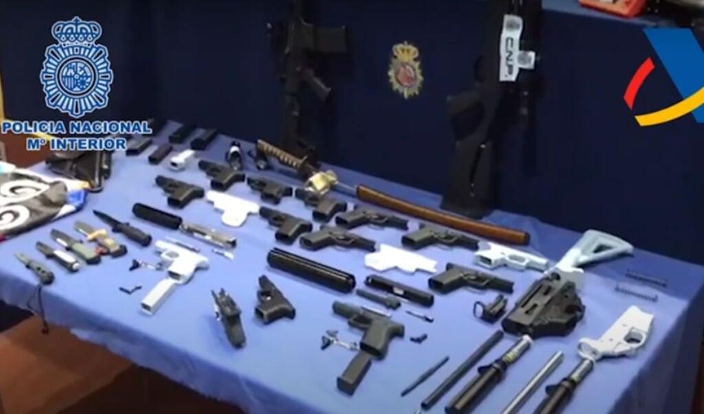 Een tafel vol wapens die de man uit Spanje zelf had gemaakt.  (beeld jeugdjournaal)