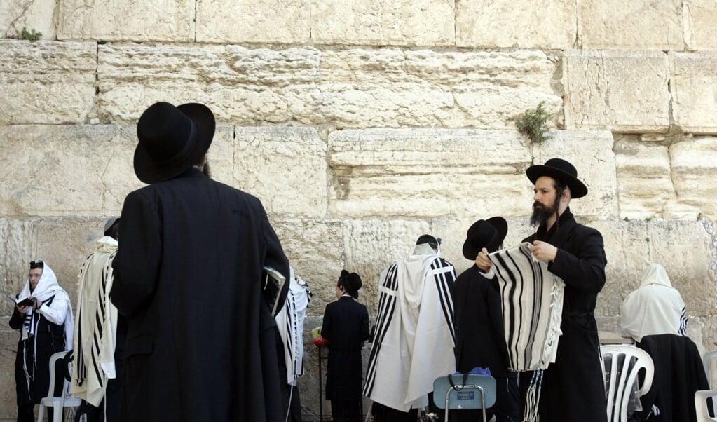Orthodoxe joden bij de klaagmuur in Jeruzalem. In die stad zou een undercoverevangelist werken, die zich voordoet als rabbijn.  (anp Foto/juan Vrijdag)