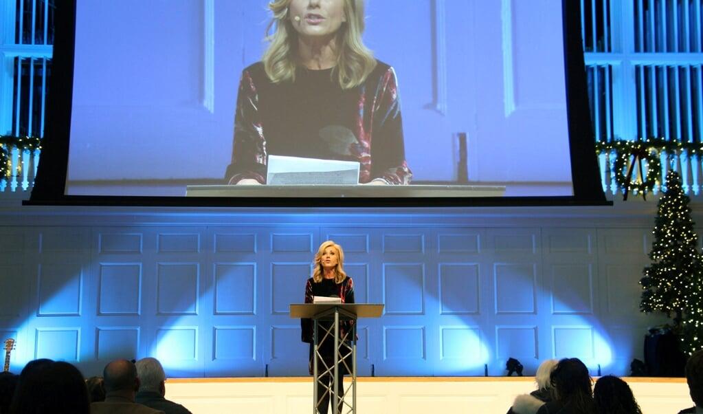 Beth Moore spreekt op een symposium over seksueel geweld in 2018.  (beeld Hollandse Hoogte / AP | Associated Press)