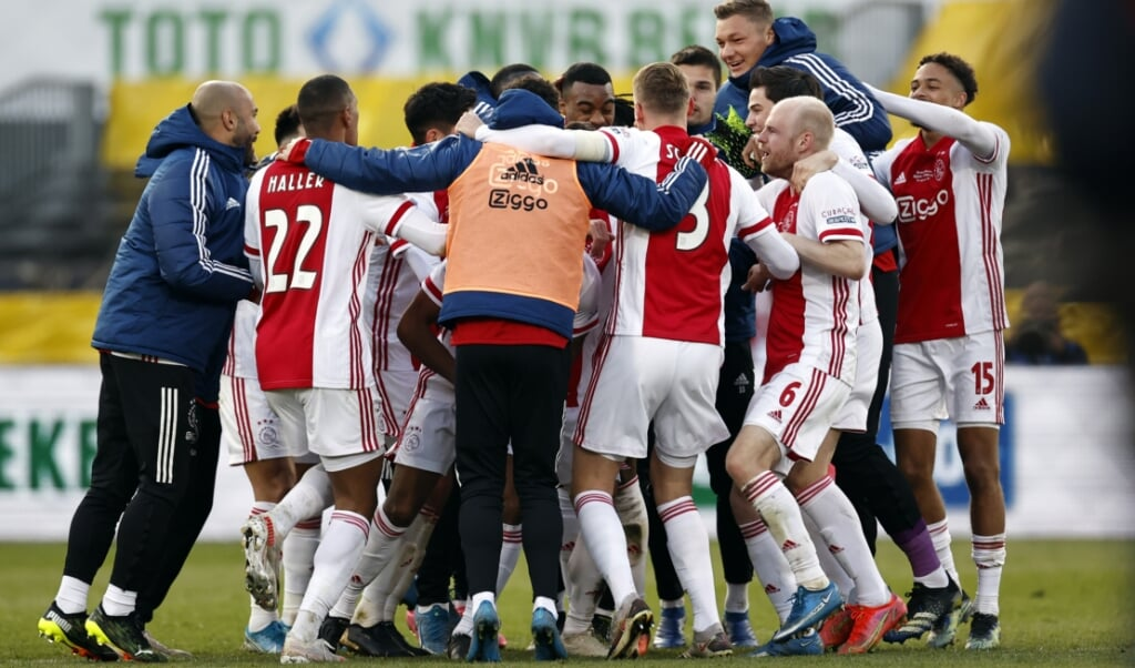 Het is onlogisch om te menen dat sport, waar het concurrentie-element overheerst, tot betere verstandhoudingen zou leiden. Op de foto: Ajax viert de overwinning op Vitesse op 18 april in de Kuip.  (beeld anp / Maurice van Steen)