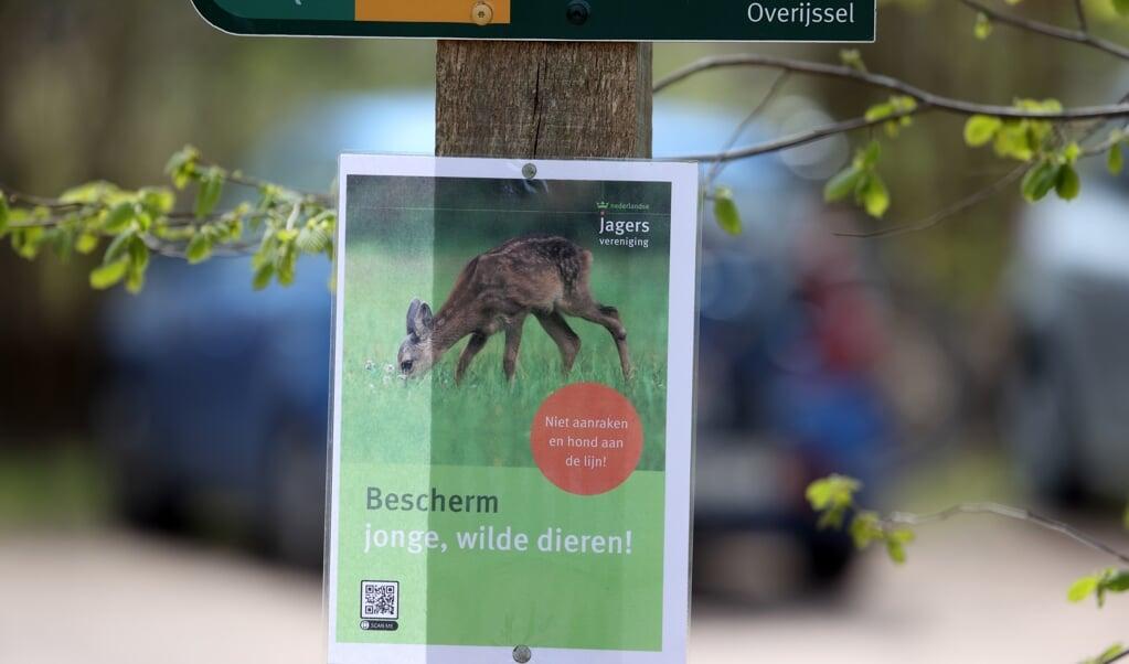 Moeten wasberen, roofvogels, steenmarters, boommarters, vossen en dassen worden afgeschoten?  bord bij Oud-Avereest (Overijssel)  (beeld Ronald Wilfred Jansen)